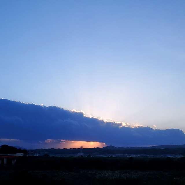 今年は大阪との境に連なる山に雲が、キレイに夕焼けが見えない