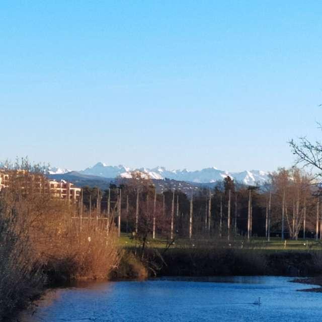 Ciel bleu neige montagne lac