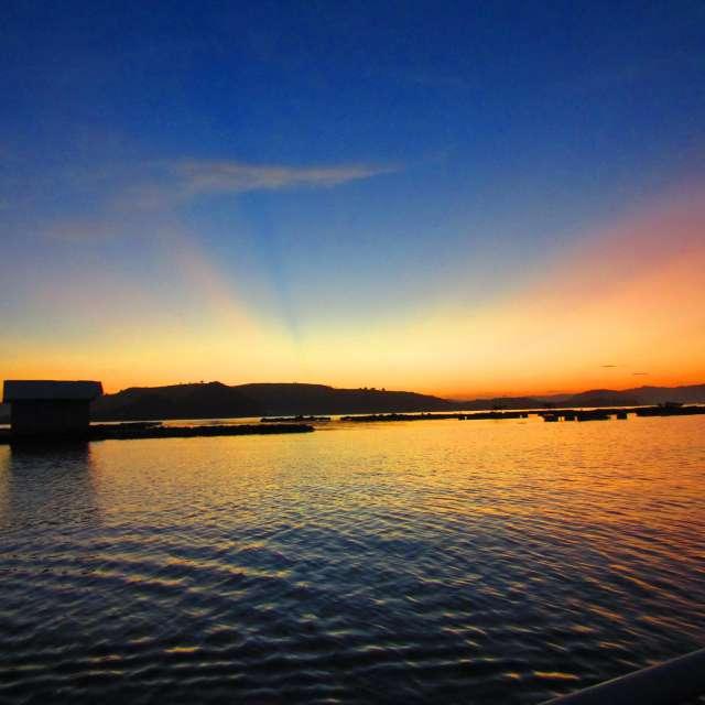 ロンボクの幻想的な島朝焼け