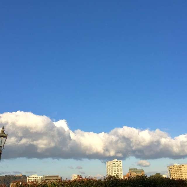 爽快に伸びる長い雲