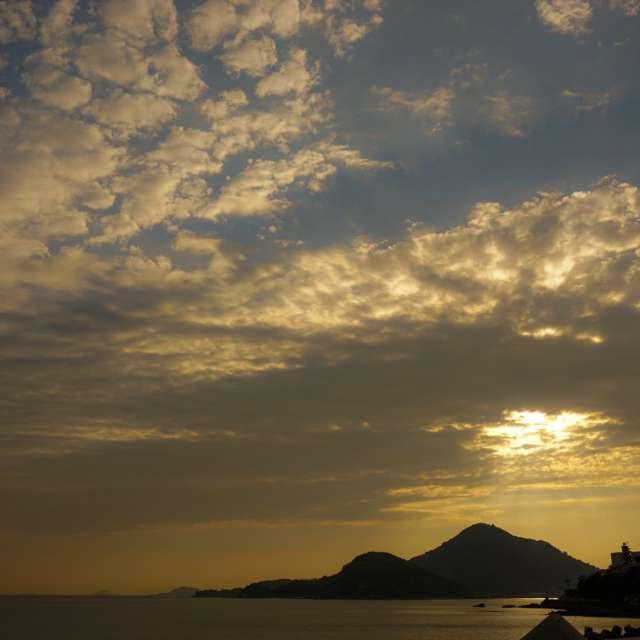 黄金に輝く空と海