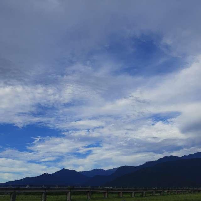 烏雲群聚藍天間