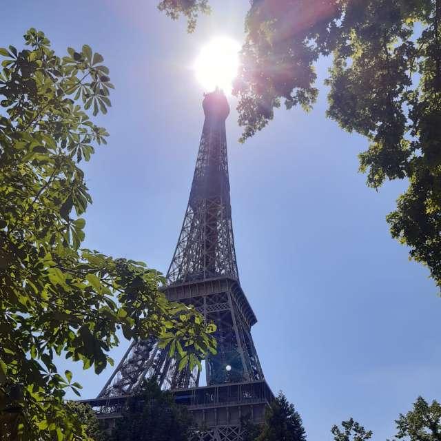 Paris tour Eiffel soleil