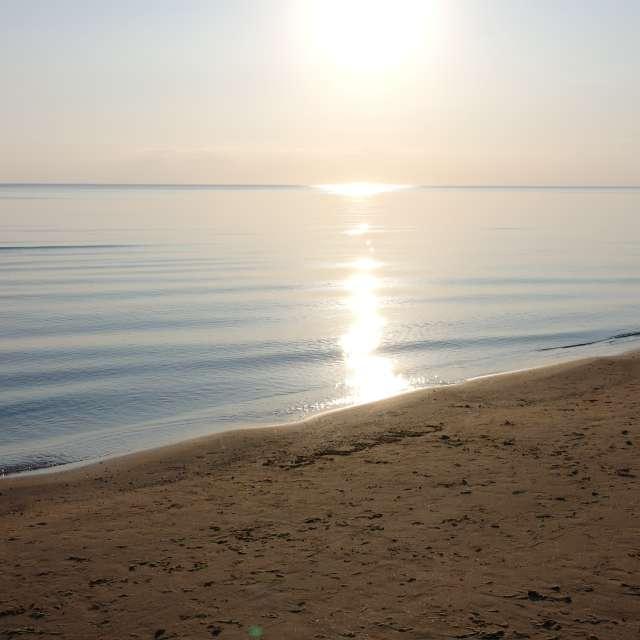 Закат солнца и берег моря