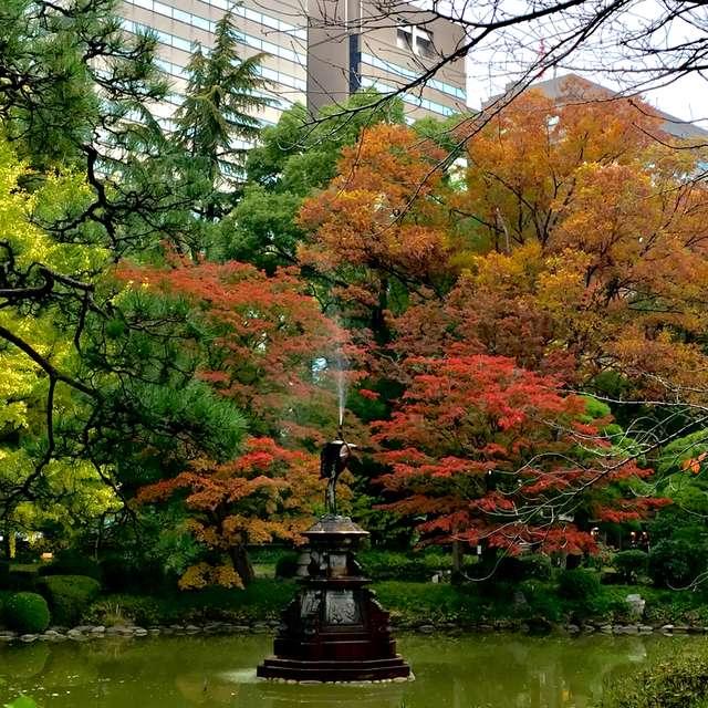 鶴の噴水と紅葉