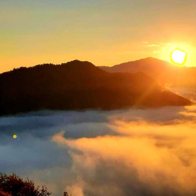 朝焼けの雲海につつまれる竹田城跡