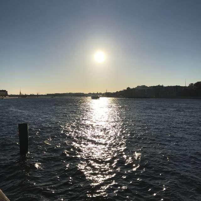 ネバ川の水面を照らす夕日。