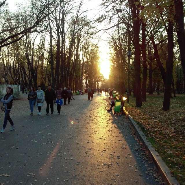 Прогулка в саду Шевченко