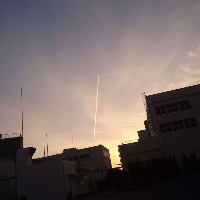 飛行機雲とシルエット