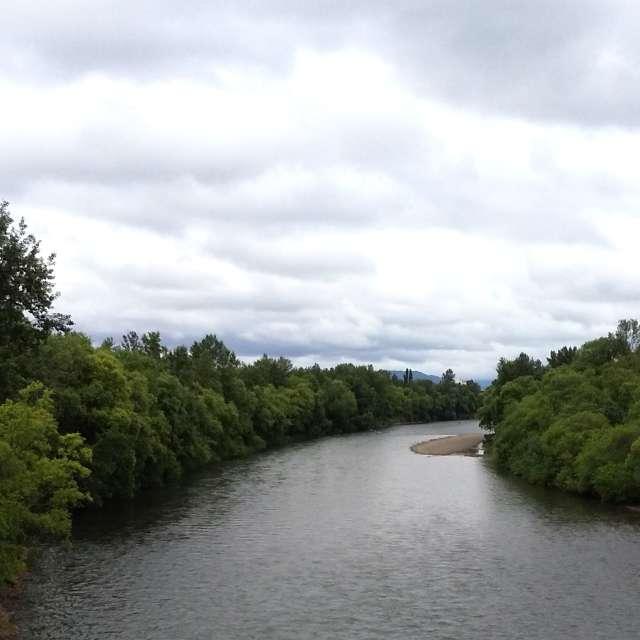 川と曇り空
