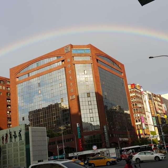 忠孝東路的彩虹