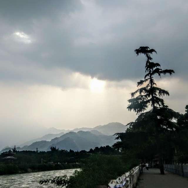 光与云,水与树,都江堰
