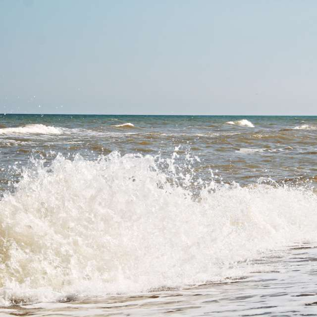 штормовая белая волна на море