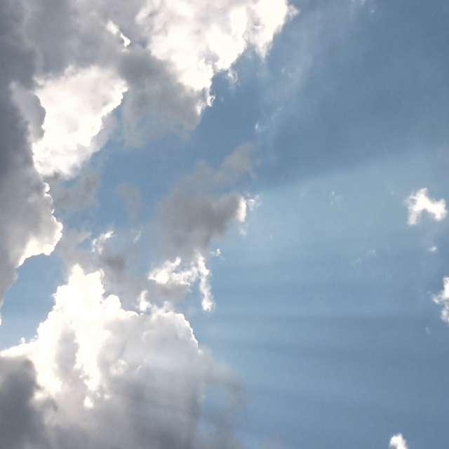 Rayo del sol entre las nubes