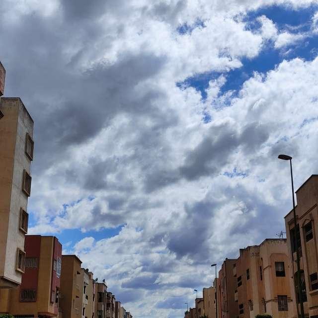 Un tableau avec les nuages