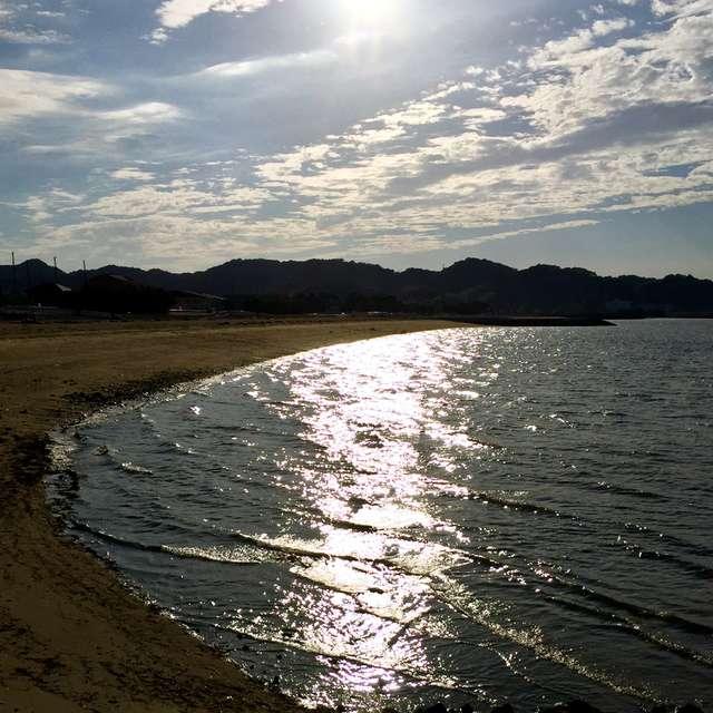 鈍色に輝く海辺