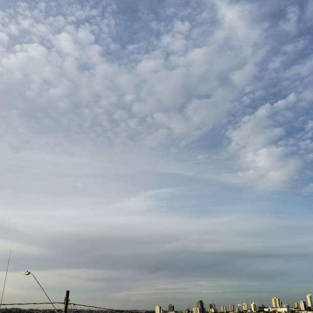 風もあまりなく雲に覆われた一日の空