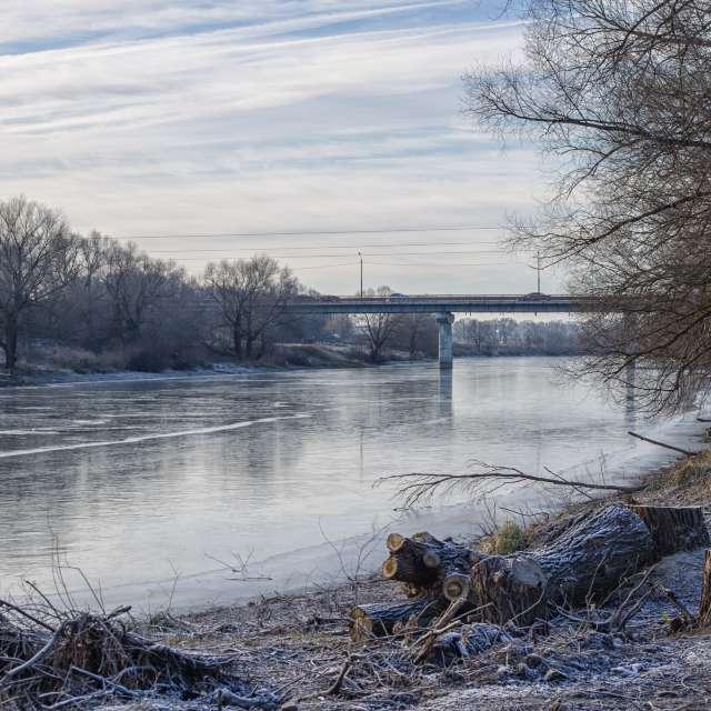 Река, облака, мороз.