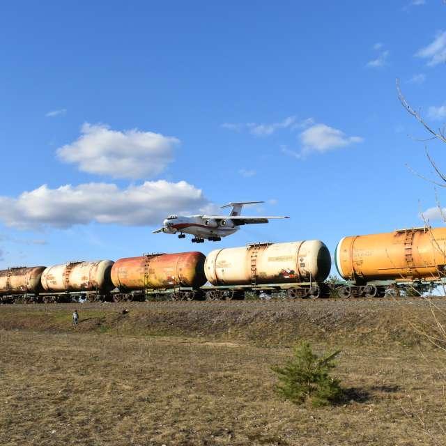 Самолёт пролетает на поездом