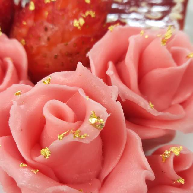 Marzipan roses on cake