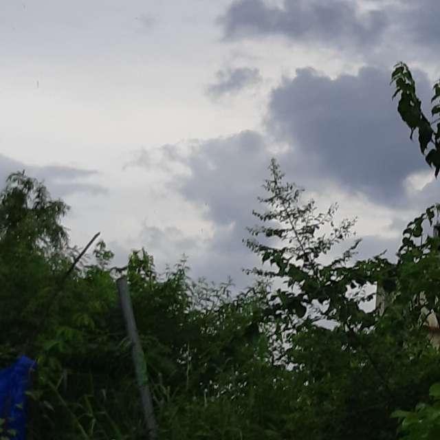 烏雲爬滿白雲群
