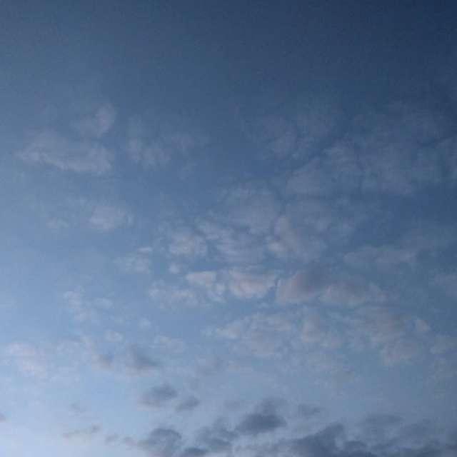 白色的云就像镜面刹那间破碎