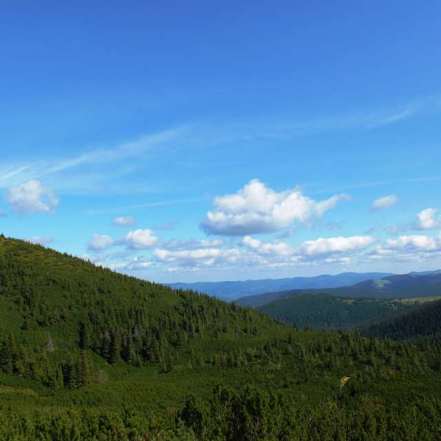 горы  голубое небо с облаками