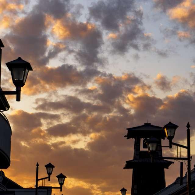 """夕焼け空をバックに古い鐘楼""""時の鐘""""が有る川越の町"""
