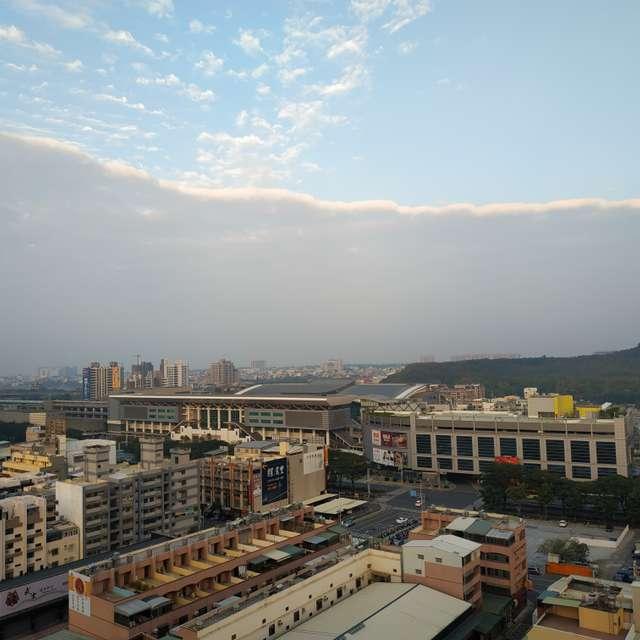 清晨時分,一分為二的天空