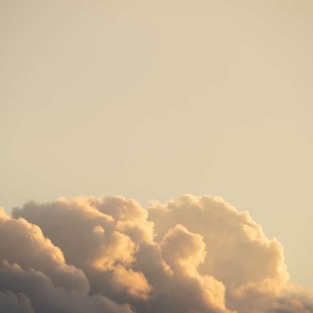淡く染まる夕焼け雲