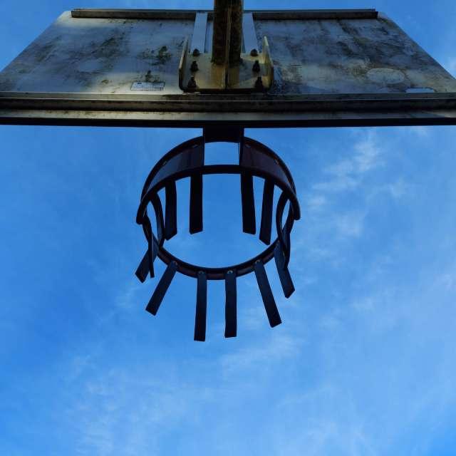 panier de basket et ciel bleu