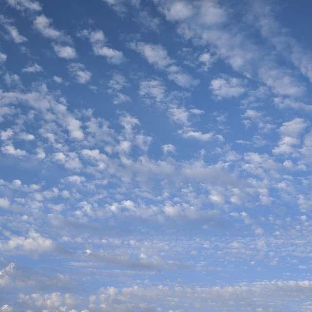 Перьевые облака в городе 2021