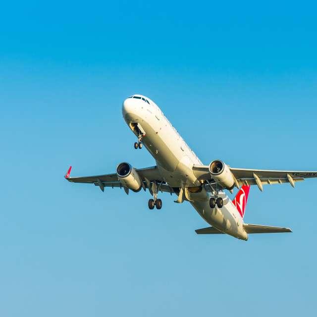 Самолет улетает из Батуми