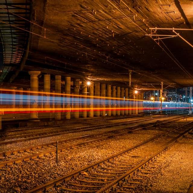 Dworzec, wiadukt i pociag