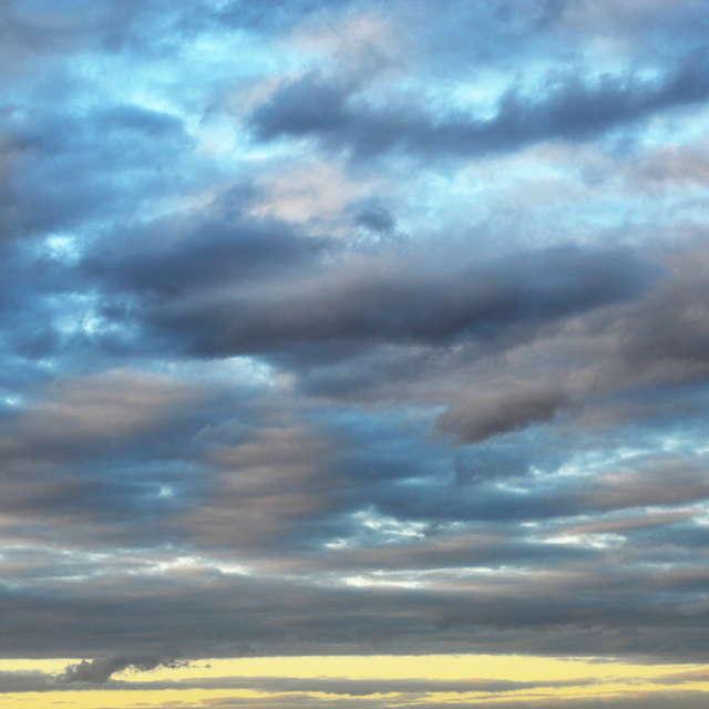 Синий час в небе, жёлтый вдали