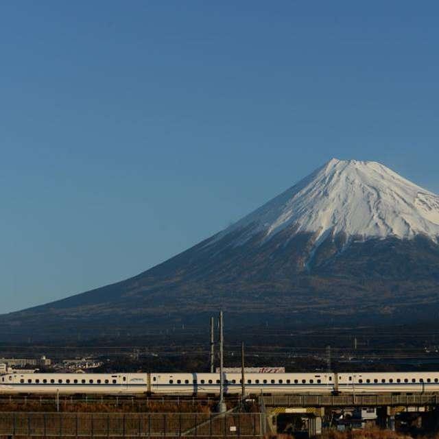 早朝の富士山をバックにのぞみが駆け抜けます。