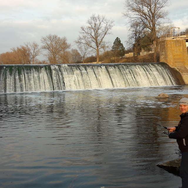 Риболовля біля водоспаду