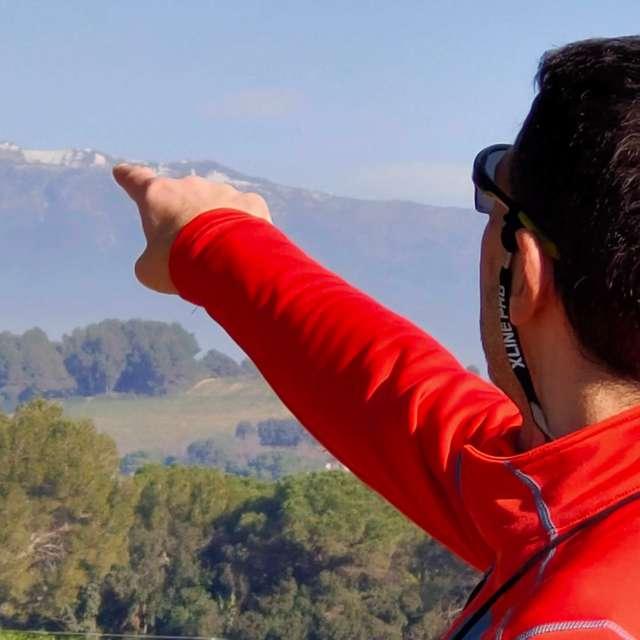 Indicando la cima del Montseny