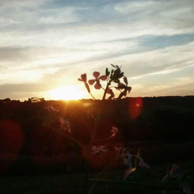 Pôr do sol nublado de outono