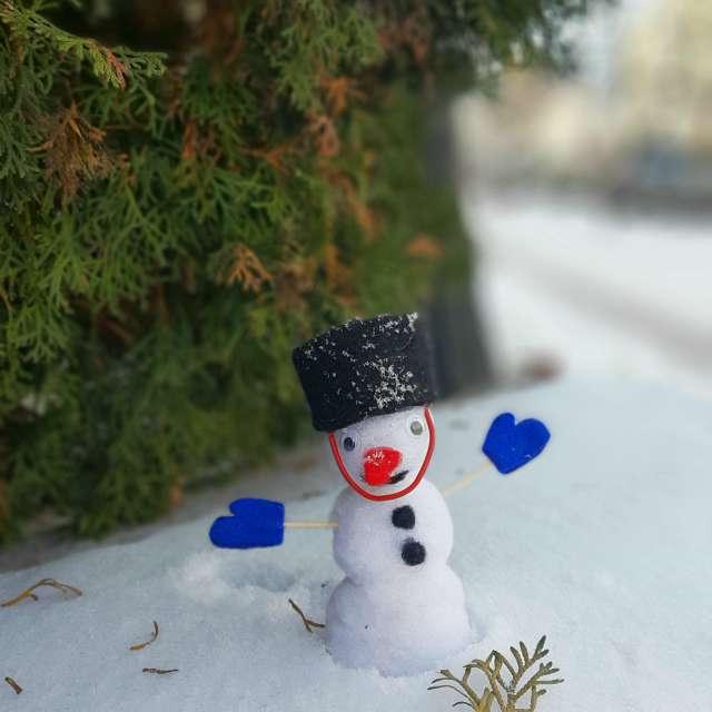 Маленький снеговик в снегу